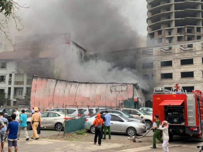 Cháy xưởng in trên phố Định Công, loạt xe tiền tỷ hối hả bỏ chạy - 1