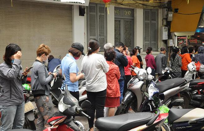 Có mặt tại một cửa hàng bán bánh trôi, bánh chay trên phố Ngô Thì Nhậm từ 6 giờ sáng, không khó để bắt gặp đoàn người nối đuôi nhau xếp thành hàng dài chờ mua bánh.