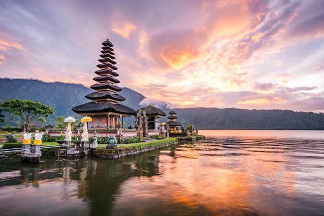 Bali là một trong những nơi nổi tiếng nhất để đi nghỉ ở Indonesia.Đây thực sự là một trong những điểm đến nổi tiếng hàng đầu thế giới. Được mệnh danh là Đảo của các vị thần, Bali có vẻ đẹp thiên nhiên vô cùng ngoạn mục.