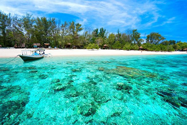 Quần đảo Gili, Lombok: Được bao quanh bởi những bãi biển cát trắng và làn nước trong như pha lê, sự kết hợp của 3 hòn đảo xinh đẹp và biệt lập là Gili Meno, Gili Trawangan và Gili Air tự hào với vẻ đẹp như tranh vẽ độc đáo.