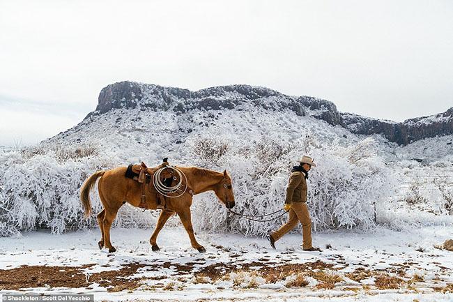 10. Cảnh quay tuyệt đẹp của Scott Del Vecchio về trận tuyết lớn cuối cùng ở Alpine, Texas.Anh nói rằng, thời tiết lạnh giá đã cho anh cơ hội để chụp những bức ảnh thú vị.