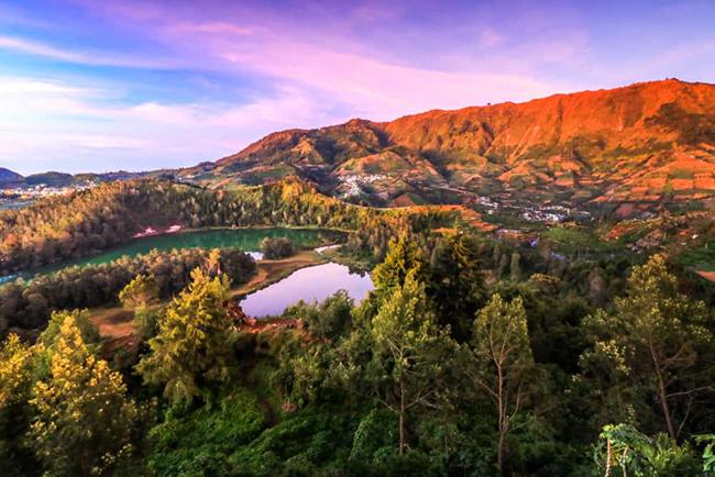 Cao nguyên Dieng: Đến đây du khách có thể thưởng ngoạn quang cảnh núi rừng và làng mạc, chưa kể đến suối nước nóng, hồ nước nhiều màu tuyệt đẹp và các ngôi đền Hindu cổ.