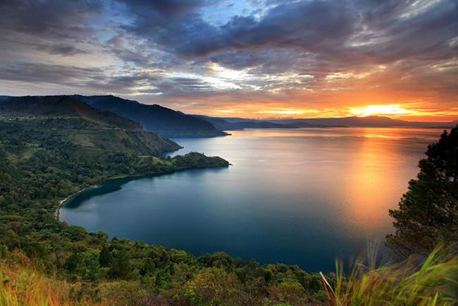 Hồ Toba: Một trong những điều khiến hồ này trở nên tuyệt vời là kích thước của nó. Nó có kích thước gần gấp đôi Singapore và là hồ lớn nhất ở Indonesia.