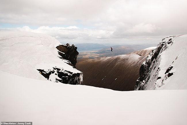 16. Hình ảnh chóng mặt này của Jonny Cook cho thấy một người đang đi bộ ở độ cao 1.344m trên Gardyloo Gully- nơi cao nhất Vương quốc Anh.