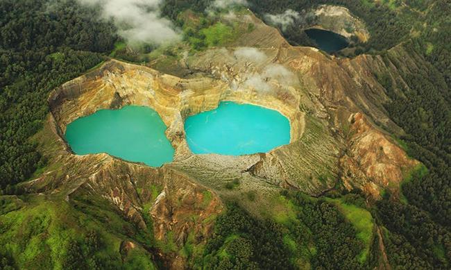 Hồ Tiga Warna, đảo Flores: Được biết đến rộng rãi như một trong 9 kỳ quan của thế giới, hồ Tiga Warna chắc chắn là một trong những địa điểm đẹp nhất để tham quan ở Indonesia.