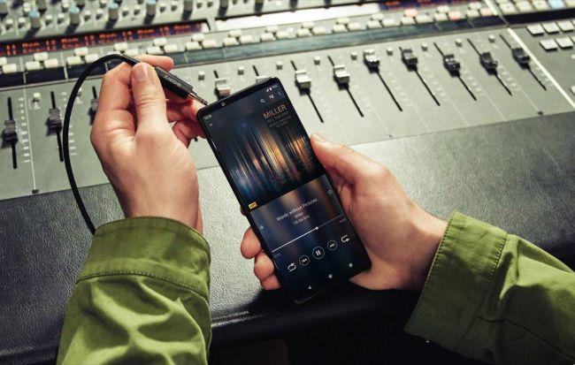 Cả hai sản phẩm đều trang bị công nghệ làm mới120 Hz,riêng Xperia 1 III trở thành smartphone đầu tiên trên thế giới có màn hình 4K chạy ở tần số này.