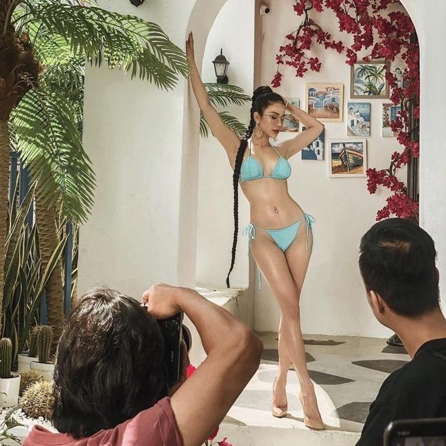 Cách đây ít ngày, Diệp Lâm Anh khoe ảnh hậu trường chụp ảnh bikini chủ đề Santorini tại nhà hàng - lounge do cô làm chủ. Bức ảnh hậu trường của bà mẹ hai con nhận được nhiều lời khen ngợi của người hâm mộ. Dù bức ảnh chưa qua photoshop hay chỉnh sáng, đường cong gợi cảm của Diệp Lâm Anh vẫn có thể hạ gục mọi ánh nhìn.