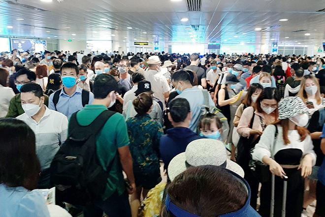 """Cả nghìn người """"rồng rắn"""" xếp hàng ở sân bay Tân Sơn Nhất - 1"""