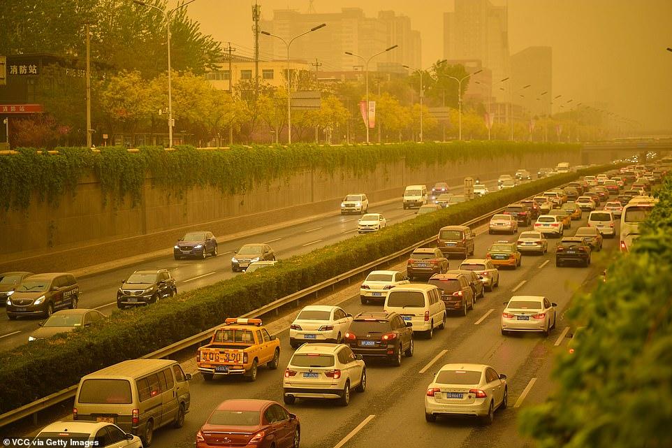 Chùm ảnh bầu trời Bắc Kinh chuyển màu vàng, không khí khó hít thở - 1