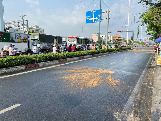 Dầu đổ tràn ra đường và hành động cực đẹp của CSGT TP.HCM - 1