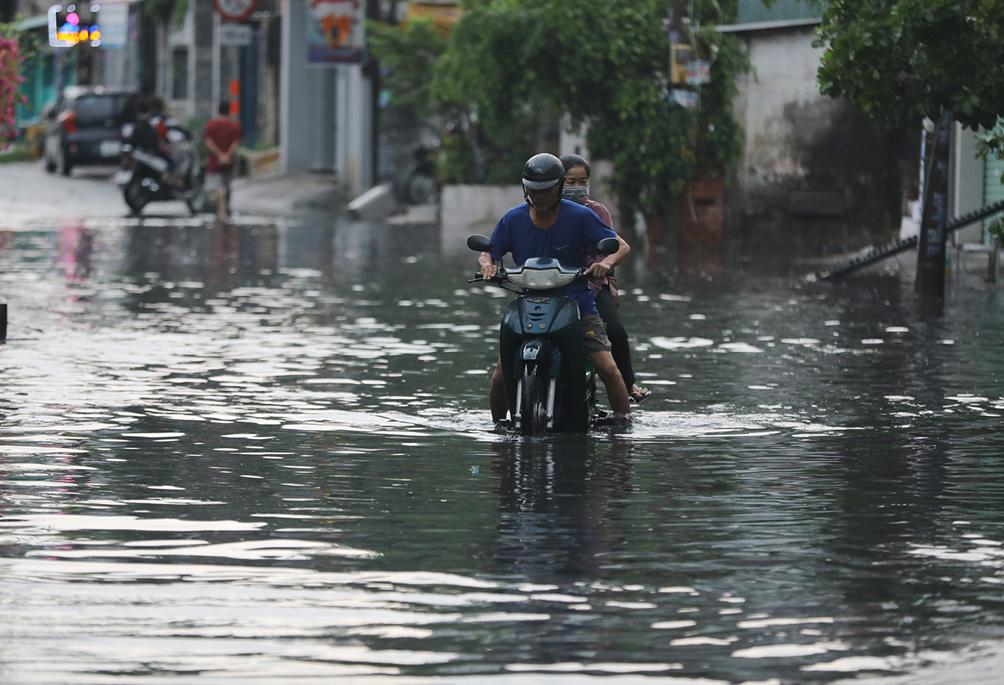 """Mưa như xối xả lúc sáng sớm, người Sài Gòn hứng trọn """"combo"""" ngập nước, kẹt xe - 5"""