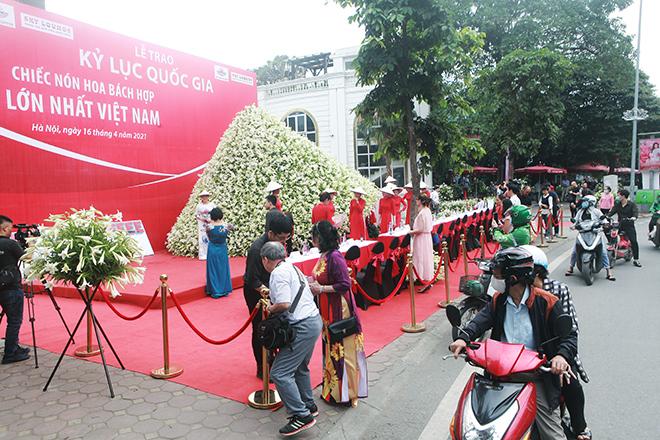 """Xuất hiện nón lá """"khổng lồ"""" bằng hoa loa kèntrên phố Hà Nội - 1"""