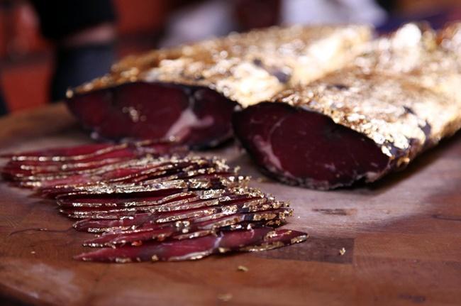 Trước khi được bọc lớp lá vàng bên ngoài, thịt cũng đã được tẩm ướp gia vị để tạo được sự thơm ngon.
