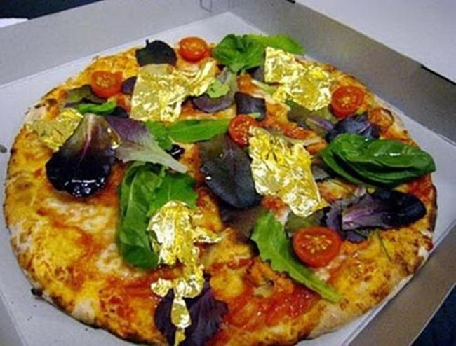 Một đầu bếp ở Thổ Nhĩ Kỳ cũng đã nướng bánh pizza phủ vàng 24 karat ăn được gây chú ý năm 2019.