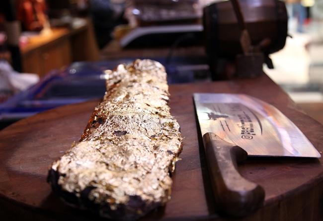 Theo chủ cửa hàng này, công việc rất khó và công phu, vì vàng được dùng bọc thịt là vàng thậtnên mất 1 ngày để tạo các lá vàng.