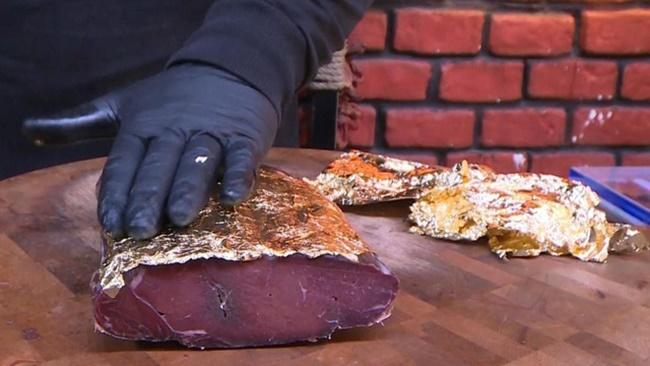 Chủ một cửa hàng thịt ởKayseri, Thổ Nhĩ Kỳđã tạo ra một loạipastirma đặc biệt - món thịt ngon của Thổ Nhĩ Kỳ bằng cách thêm chút vàng bọc bên ngoài.