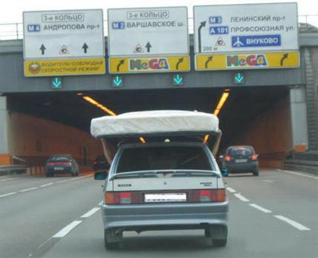 Chỉ là lót tấm đệm để bảo vệ trần xe thôi mà.