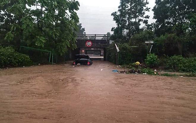 """Ô tô, xe máy """"bơi"""" trong """"biển nước"""" trên Đại lộ Thăng Long sau trận mưa lớn - 1"""