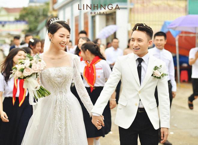 Cận cảnh bộ váy cưới đính 10.000 viên pha lê ánh bạc của vợ nhạc sĩ Phan Mạnh Quỳnh - 1