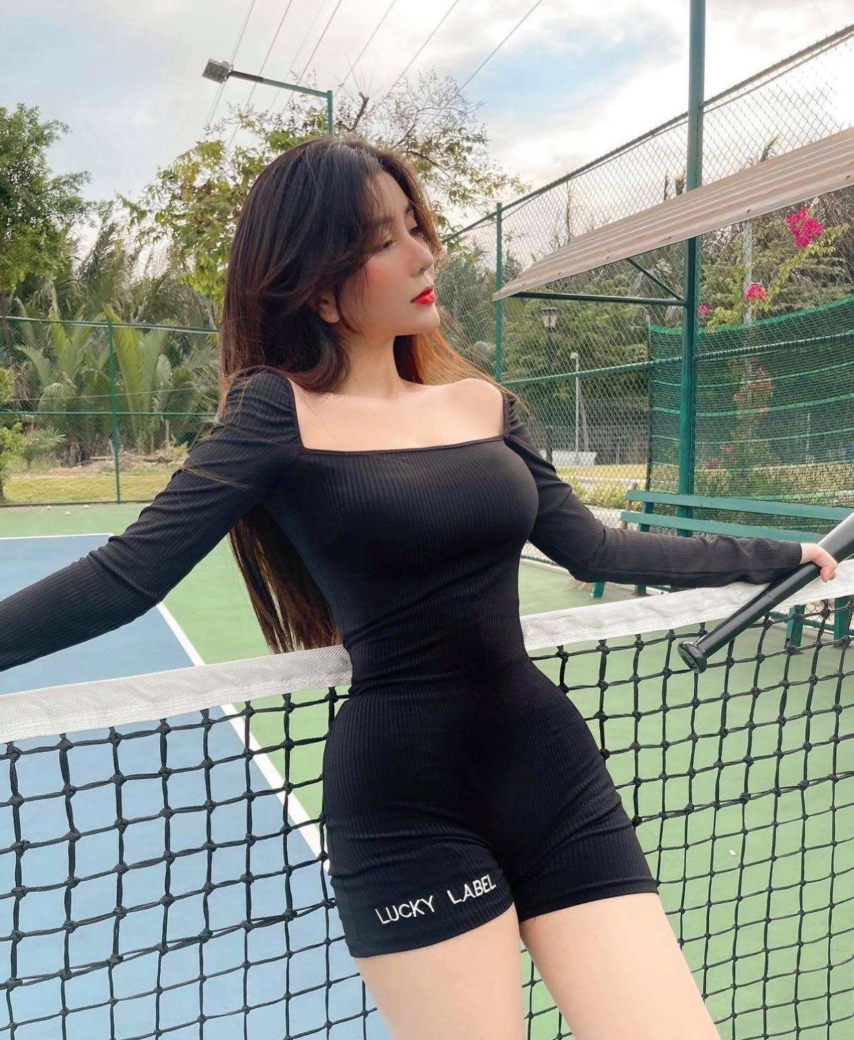 Nữ sinh Võ Ngọc Trân chuyên diện đồ ôm ra sân tennis - 1