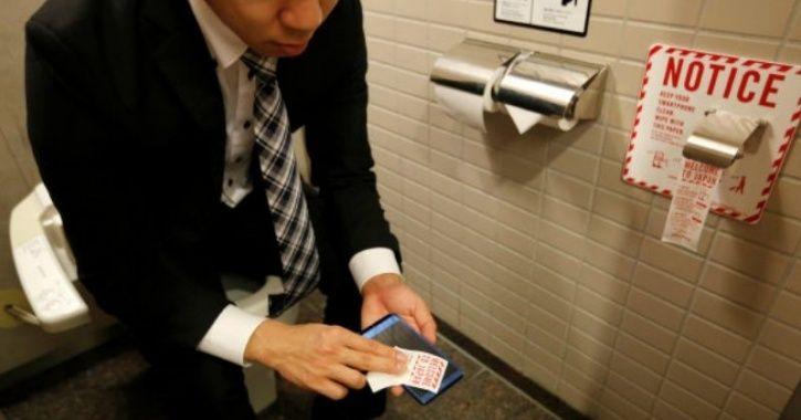 Hy hữu: Chàng trai phẫn nộ vì bị cắt lương do đi vệ sinh 2 tiếng/ngày - 1
