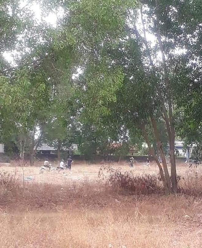 Nghi án bé gái 5 tuổi bị xâm hại, tử vong trong bãi đất trống gần nhà - 1