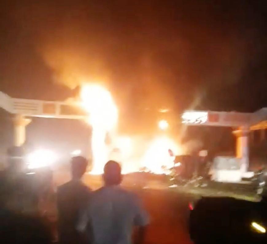 Xe đầu kéo đâm cổng chào Bỉm Sơn, cả hai bốc cháy ngùn ngụt - 1
