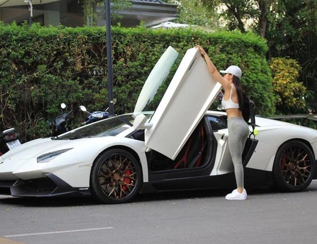 Jessie Lương là người đẹp 9x nổi tiếng trên mạng xã hội gần đây nhờ sở hữu chiếc Lamborghini Aventador bản độtiền tỷ siêu độc tại Việt Nam, có ngoại thất gần giống bản 50th Anniversario. Cô còn gây chú ý khi khoe dáng vóc nuột nà bên siêu xe với nhiều hoạt động đời thường như đi tập gym, đi ăn cơm bình dân...