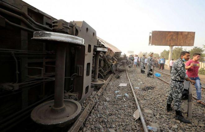 Ai Cập: Tàu hỏa trật bánh kinh hoàng, dân xếp hàng hiến máu cứu người - 1