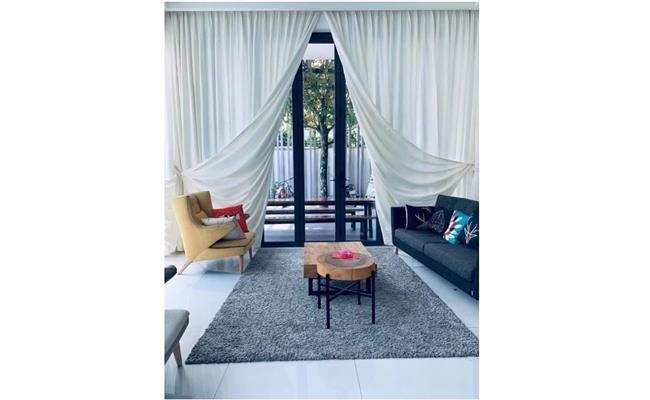 Khuôn viên phòng khách nổi bật với tông màu trắng cùng việc tận dụng ánh sáng tự nhiên.
