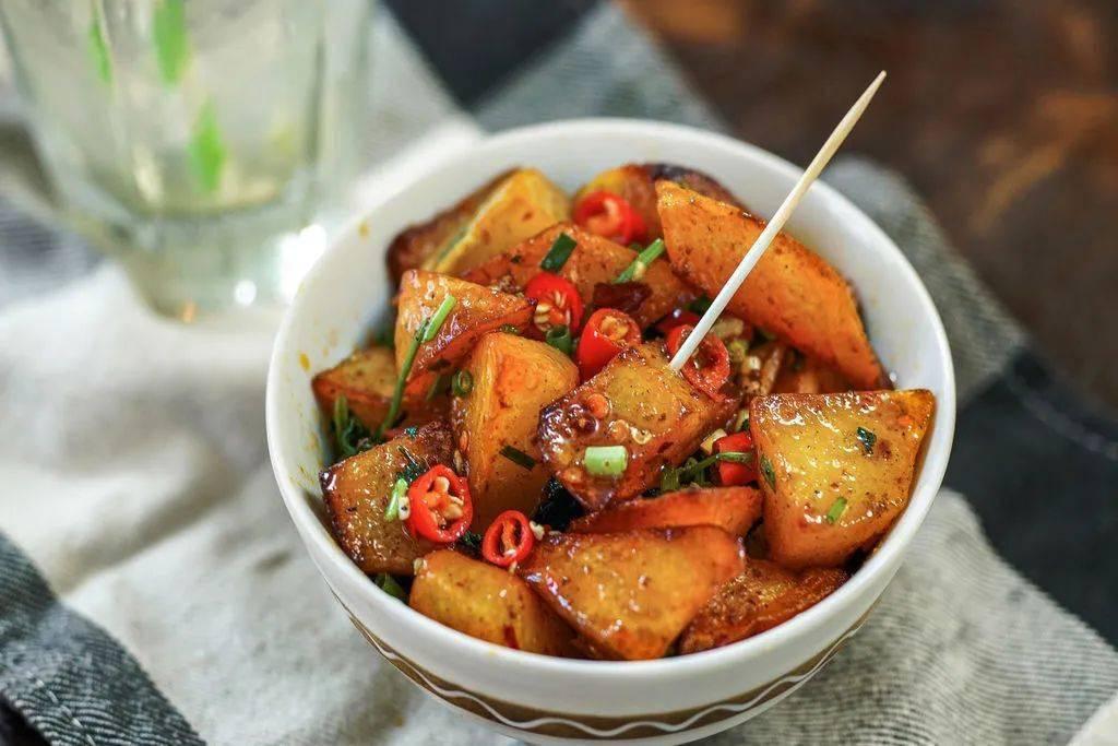 Khoai tây làm theo cách này, vừa là món ăn vặt vừa là món mặn rất đưa cơm - 1