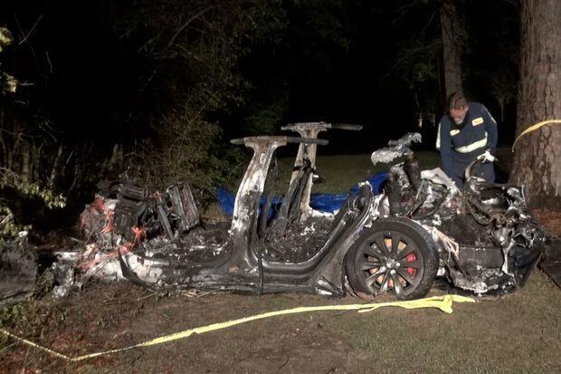 Mỹ: Xe hơi đâm vào gốc cây bốc cháy dữ dội, phát hiện điều giật mình sau khi dập lửa - 1