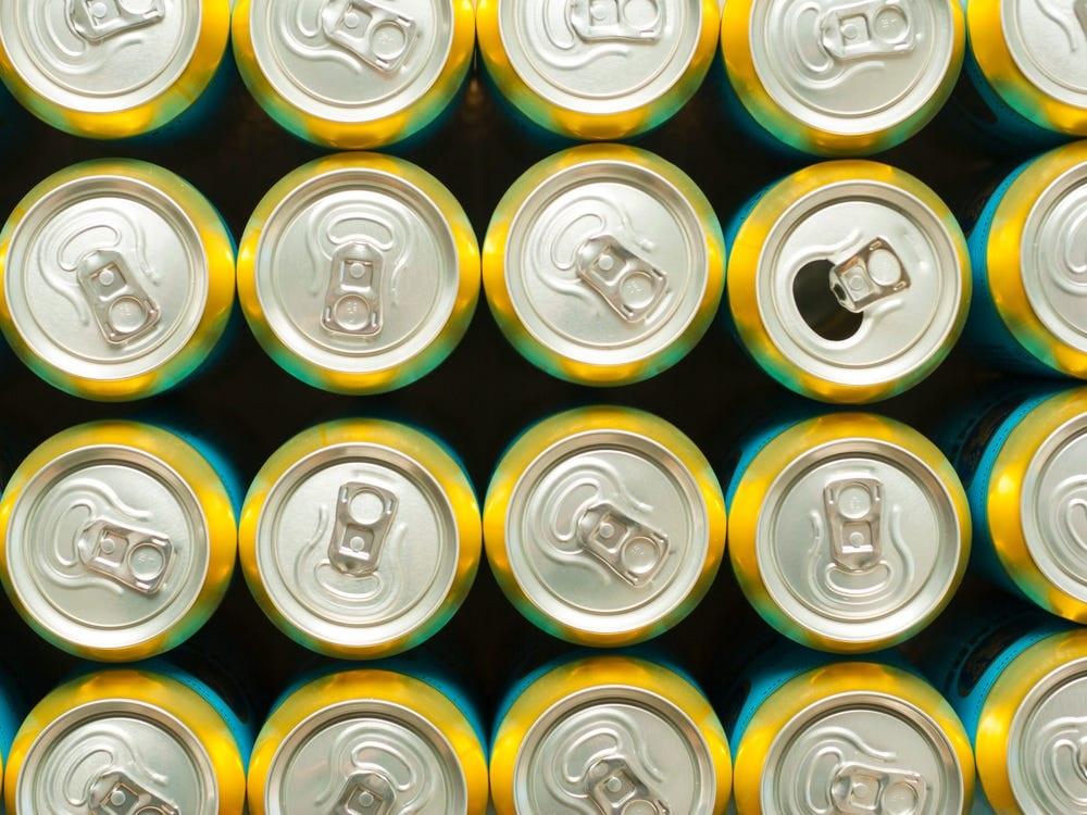 Nam thanh niên 21 tuổi nhập viện vì suy gan thận do uống 4 ly nước tăng lực mỗi ngày - 1