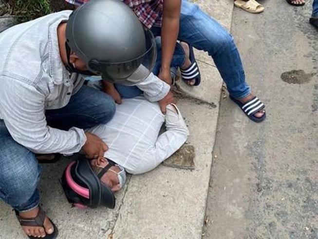 """Cô gái bị giật điện thoại phóng xe tông ngã nhóm """"cản địa"""" - 1"""