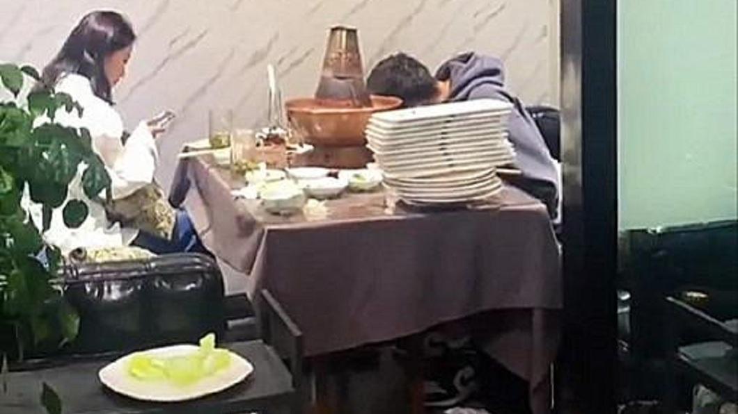 Đi hẹn hò, chàng trai cúi gầm mặt ăn liên tục 30 đĩa thịt, xem bạn gái như vô hình - 1