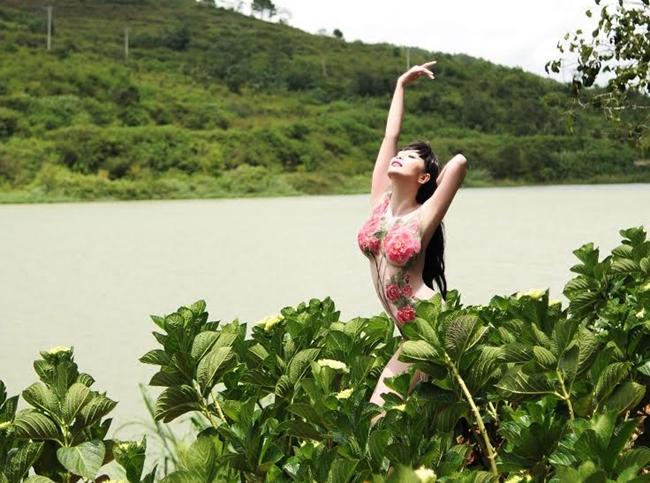 Năm 2015, cô gây chú ý khi tung bộ ảnh vẽ body painting nghệ thuật, khoe hình thể giữa thiên nhiên Đà Lạt. Nữ ca sĩ cho biết, bộ ảnh được thực hiện với mục đích quảng bá cho sản phẩm sắp ra mắt của mình