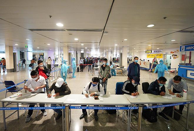 Phát hiện 3 trường hợp nhập cảnh trái phép đi máy bay từ Nam ra Bắc - 1