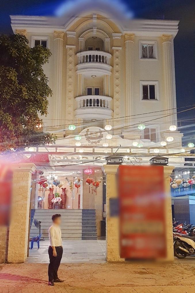 """Cơ ngơi """"khủng"""" như cung điện của vợ chồng Việt Hương khiến dân mạng choáng ngợp - 1"""