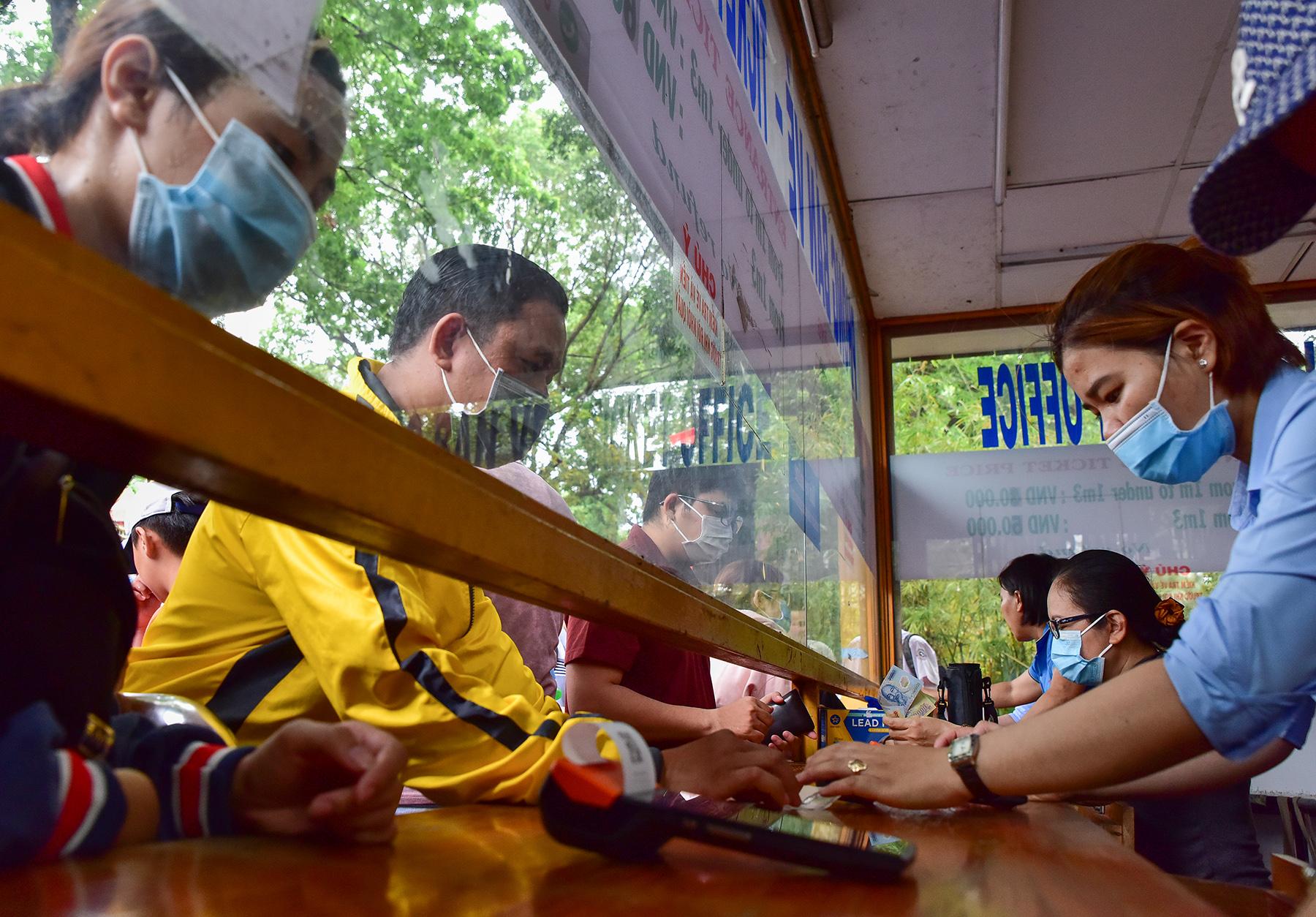 Người dân ùn ùn đi chơi lễ, toát mồ hôi chờ mua vé vào cổng Thảo Cầm Viên - 3