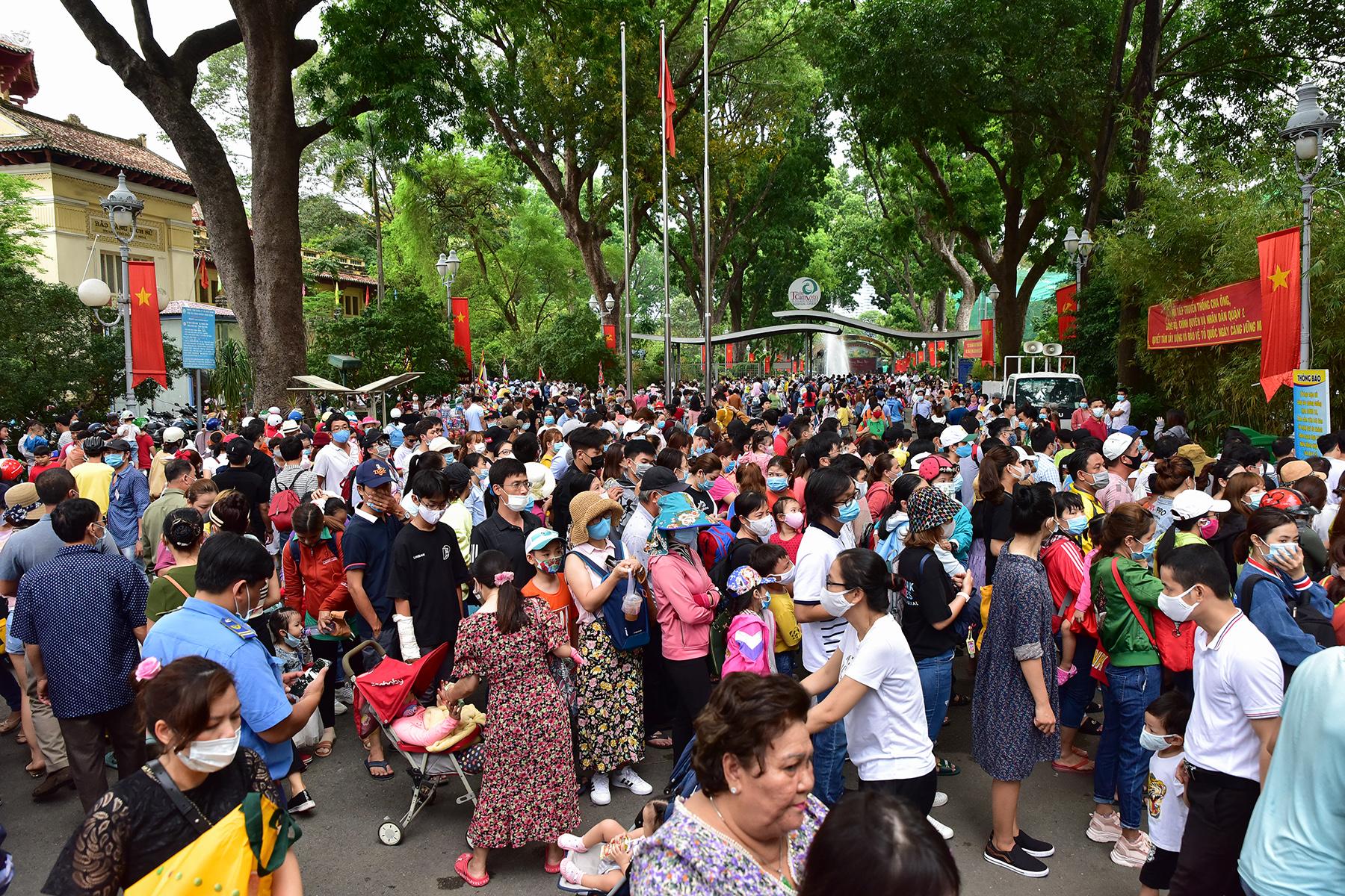 Người dân ùn ùn đi chơi lễ, toát mồ hôi chờ mua vé vào cổng Thảo Cầm Viên - 4
