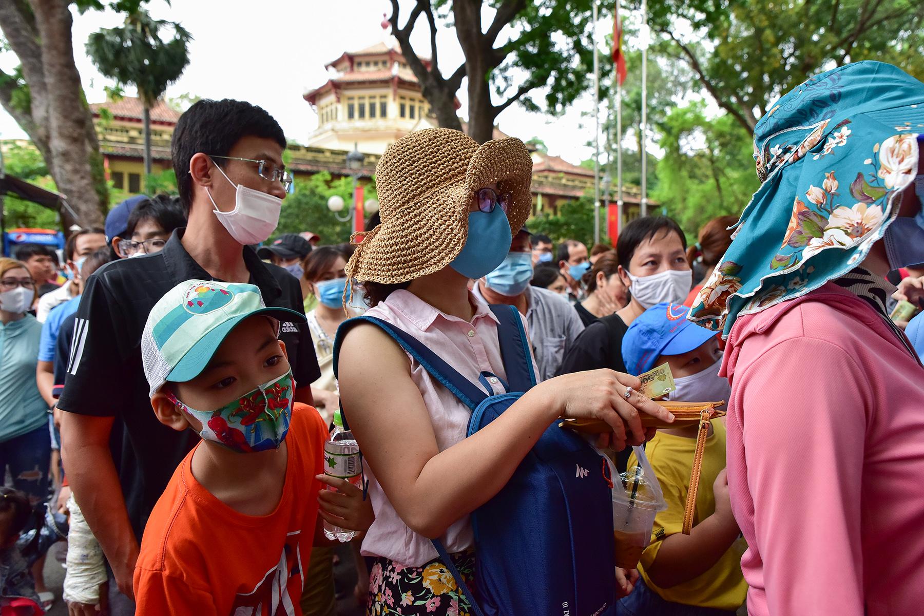 Người dân ùn ùn đi chơi lễ, toát mồ hôi chờ mua vé vào cổng Thảo Cầm Viên - 5