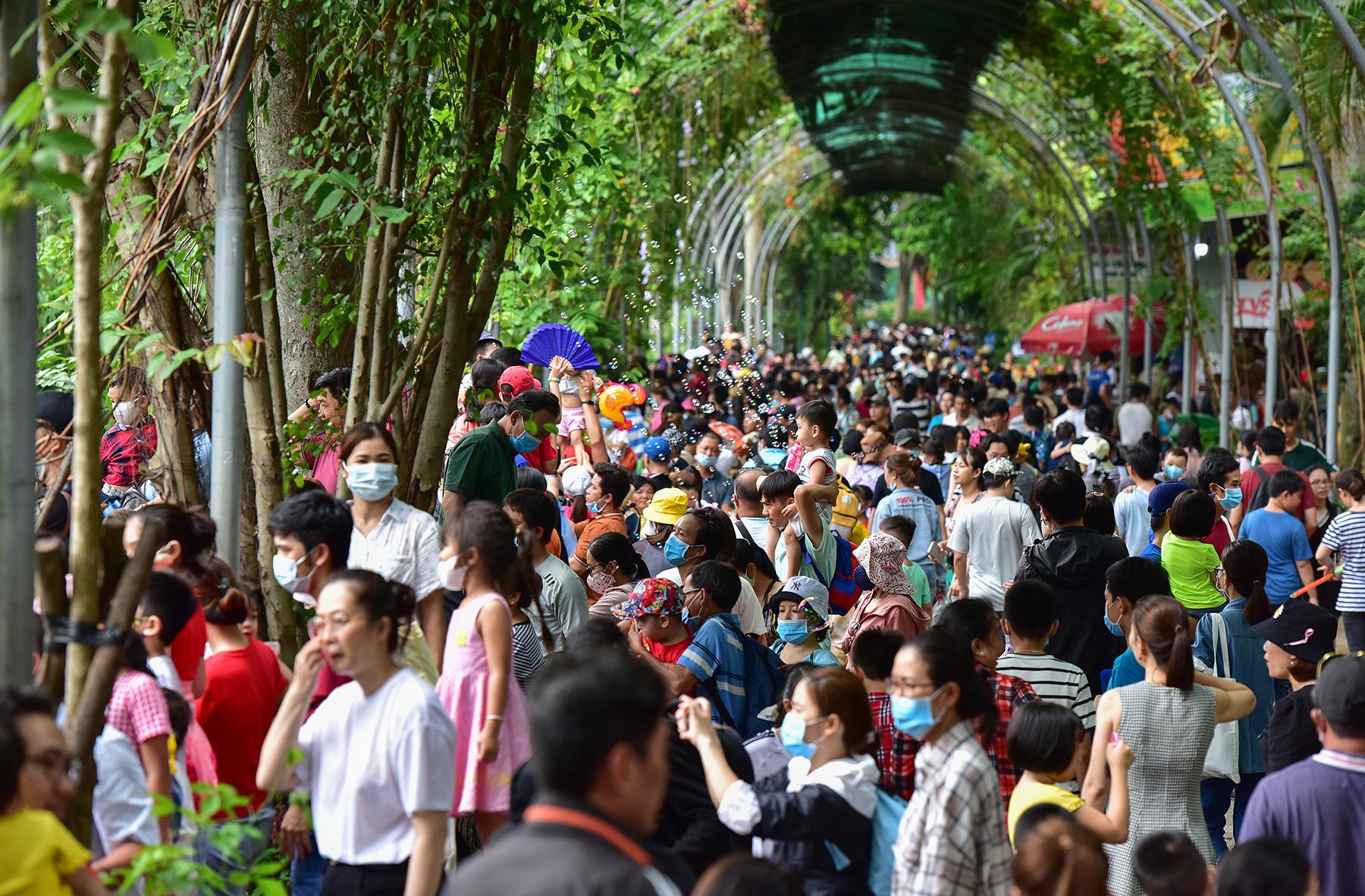 Người dân ùn ùn đi chơi lễ, toát mồ hôi chờ mua vé vào cổng Thảo Cầm Viên - 7