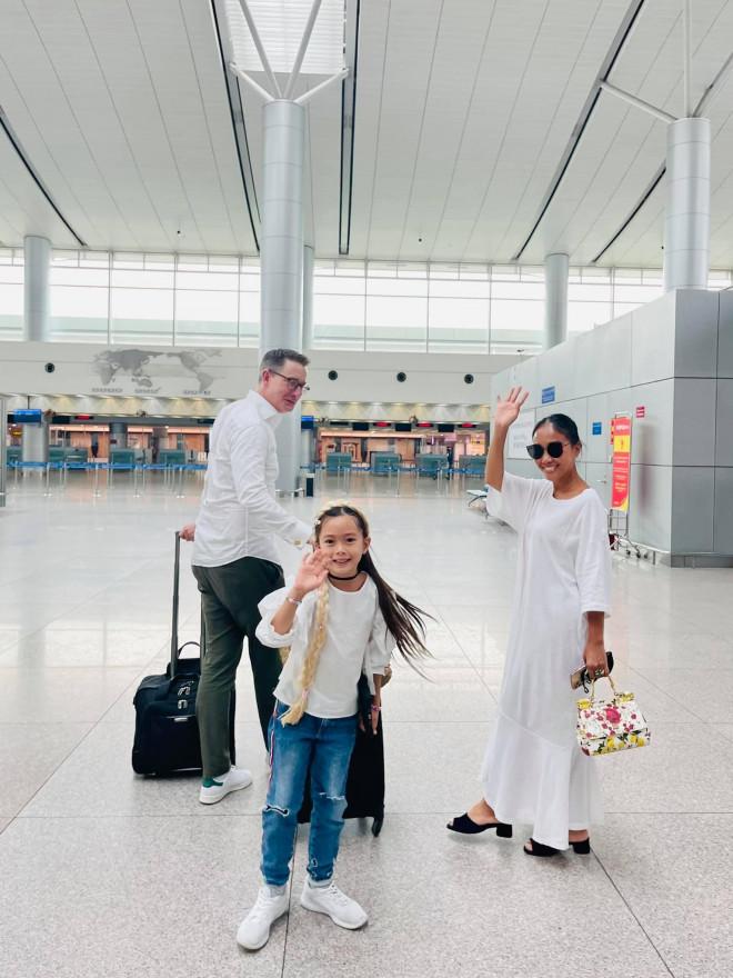 Đoan Trang theo chồng Tây ra nước ngoài sinh sống, mẹ ruột rưng rưng nước mắt - 1