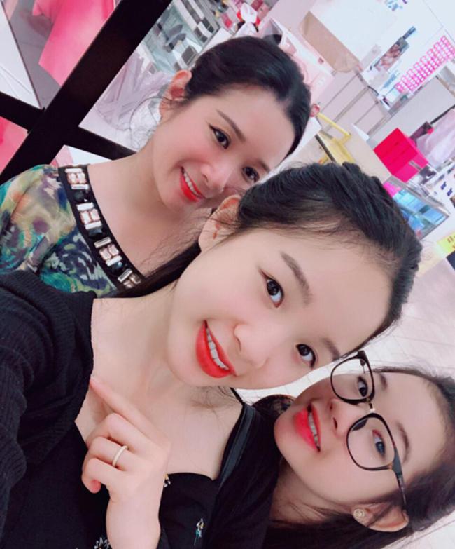 Sau tan vỡ, Thanh Thanh Hiền đang làm mẹ đơn thân, sống rất tự do và hạnh phúc bên cạnh hai con gái Nhím (Tú Linh) và Tấm (Thái Phương).