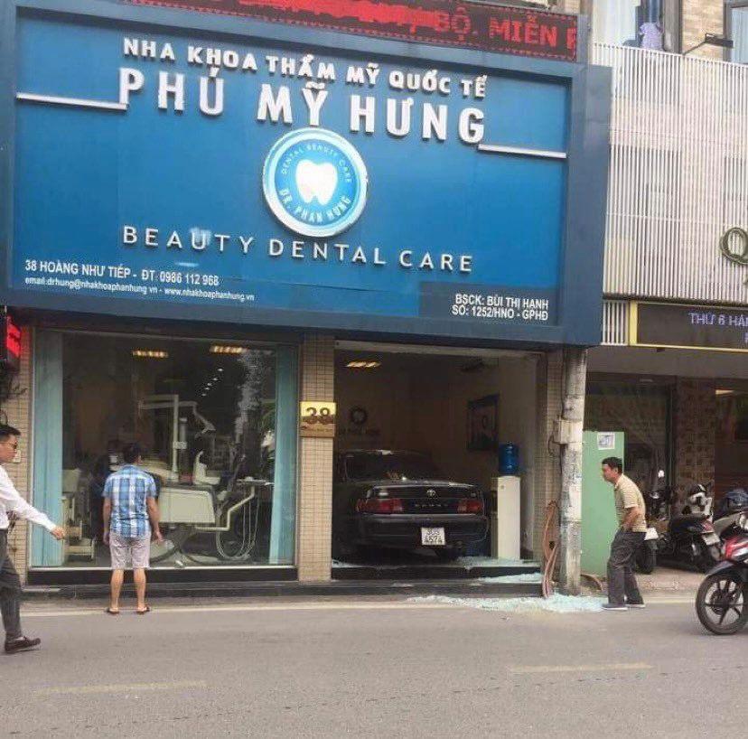 """Hà Nội: Ô tô Camry """"nằm gọn"""" trong phòng khám răng sau tai nạn - 1"""