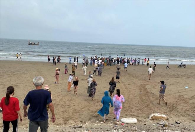 8 học sinh lớp 6 đi tắm biển, 4 em chết đuối và mất tích - 1