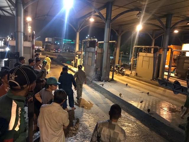 Tai nạn thương tâm, người chạy xe máy văng vào cabin trạm thu phí cầu Đồng Nai - 1