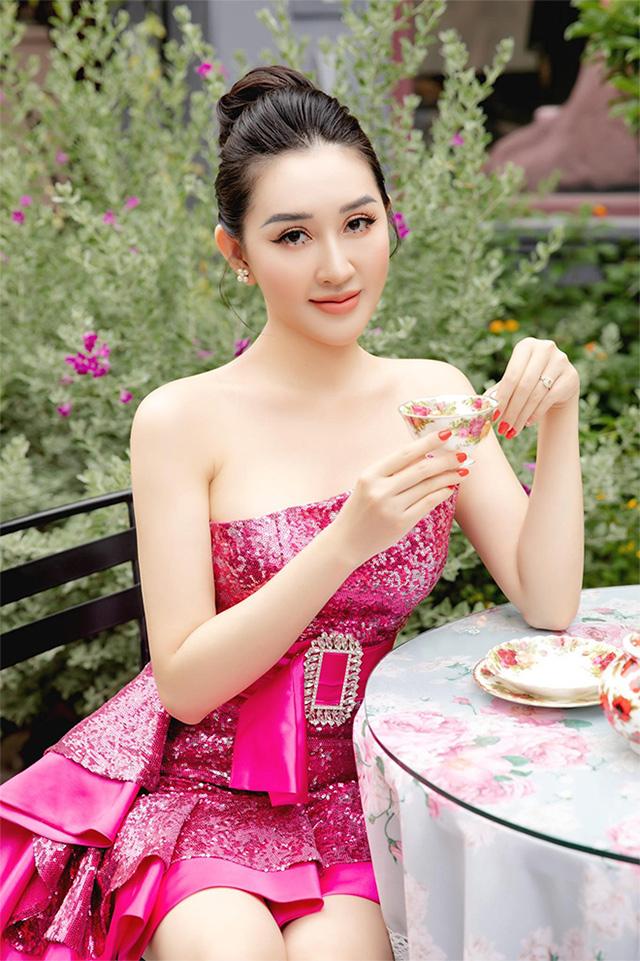 Hoa hậu Huỳnh Thúy Anh hóa tiểu thư đài các trong tiệc trà chiều sang chảnh - 1