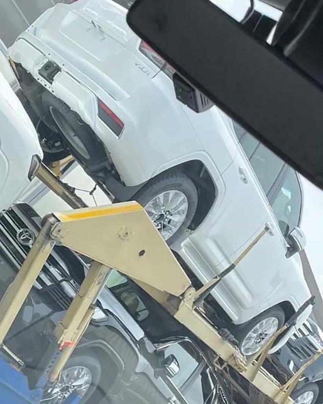 Lô xe Toyota Land Cruiser thế hệ mới lộ diện không che chắn - 7