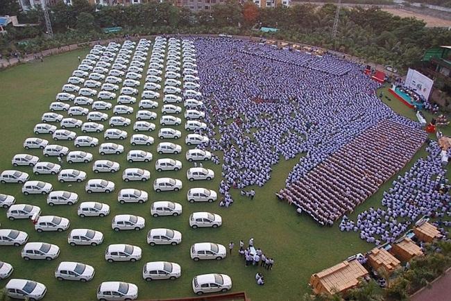 Đại gia này từng gây xôn xao với việc tặng hàng ngàn ô tô cho nhân viên, song ông cũng từng khiến nhiều người phải ngạc nhiên khi cho con ra đường kiếm sống.